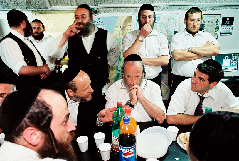 Yehuda Meshi-Zahav , founder of ZAKA at a debriefing session after the Hebrew University bombing.